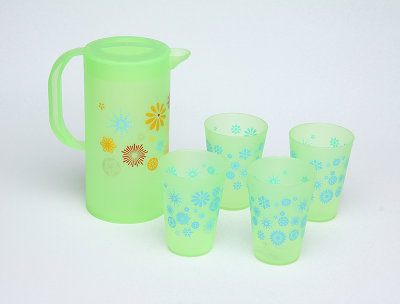 PLASTIC PITCHER WITH LID AND FOUR CUPS
